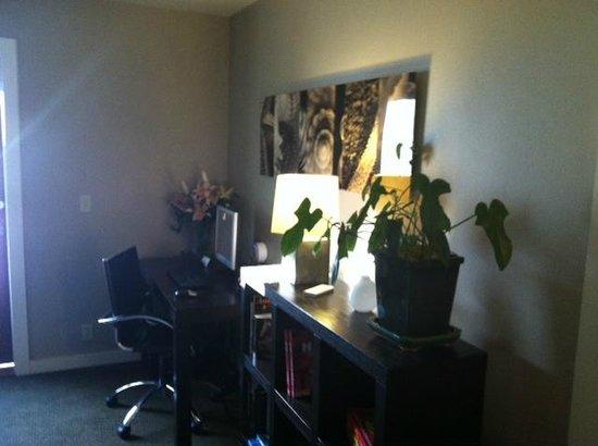 بيرد روك هوتل: Computer/Desk area on 2nd floor. FREE internet! Books & games available too.