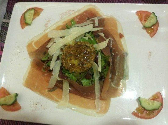 Les lavandes : 新鮮な青野菜にパロマハム、ヤギのチーズ、ピスタチオ、はちみつ、パルメザンチーズを添えて