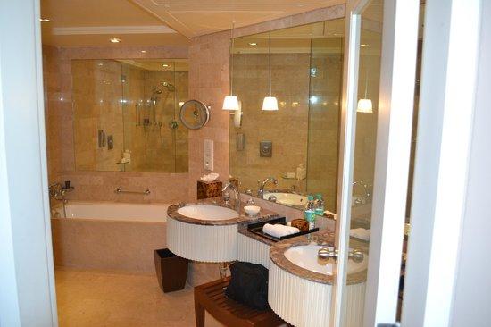 The Leela Mumbai: Bathroom at The Leela in Mumbai