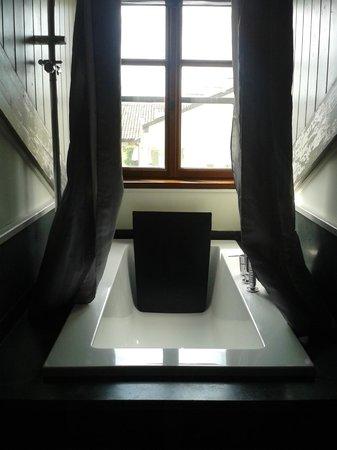 NH Torino Santo Stefano : vasca da bagno di una camera mansardata