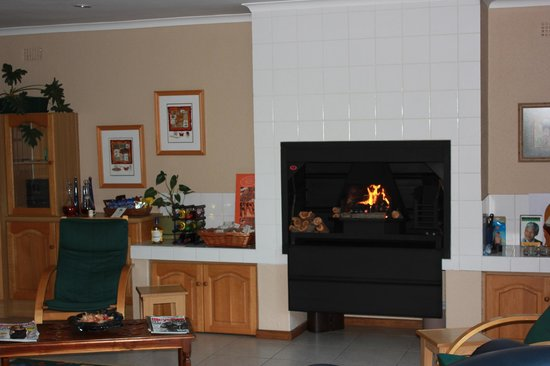 Old Oak Guest House: Wintertime - fireplace