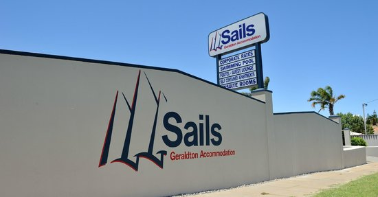 Sails Geraldton Accommodation: Front of Hotel