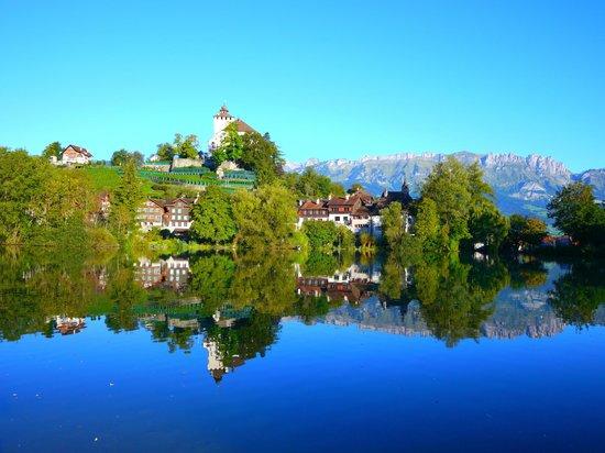 Hotel Restaurant Taucher: Schloss Werdenberg mit Städtchen und See