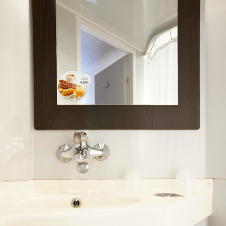 Premiere Classe Lyon Est - Aéroport Saint Exupéry : Bathroom