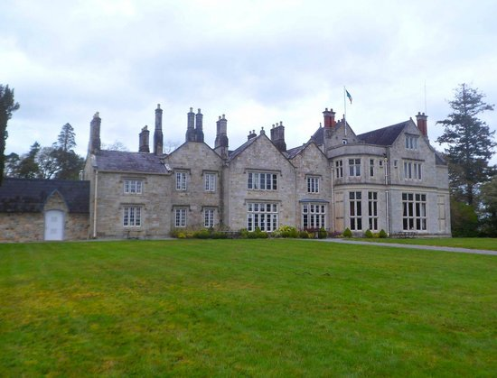 Lough Rynn Castle Estate & Gardens: view of the hotel from the lake