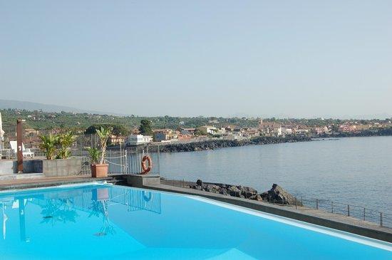 Hotel Santa Tecla Palace : η πισίνα και η παραλία στους πρόποδες της Αίτνας