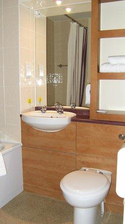 Premier Inn Goole Hotel: Bathroom