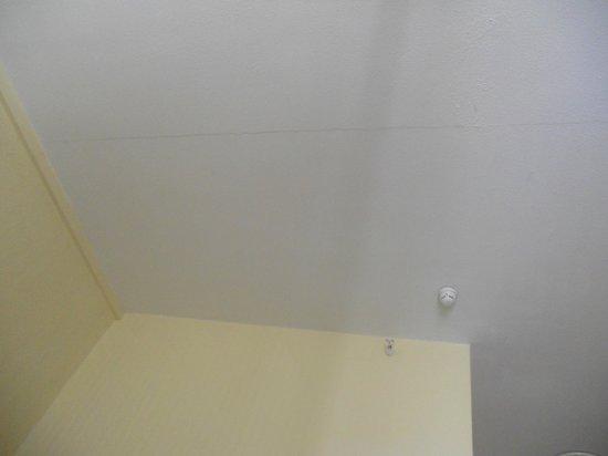 Apartments Pez Azul : Grietas y cascaras de pintura que se caian solas