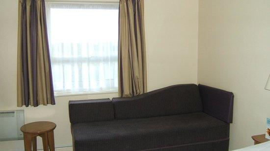 Premier Inn Goole Hotel: Sofa and window