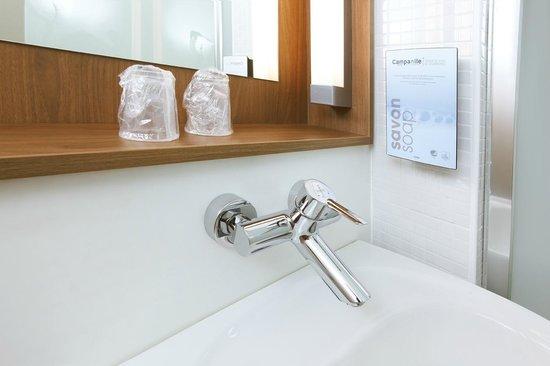 Campanile Saint Quentin En Yvelines : Bathroom
