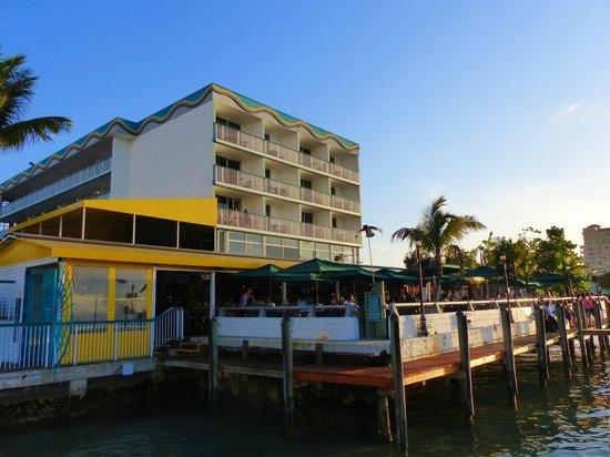 Shuckers Dockside Bar & Grill: La terrasse vue sur la baie