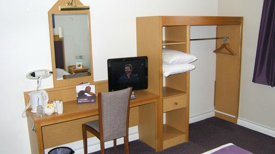 Premier Inn Edinburgh A1 (Musselburgh) Hotel: TV and wardrobe