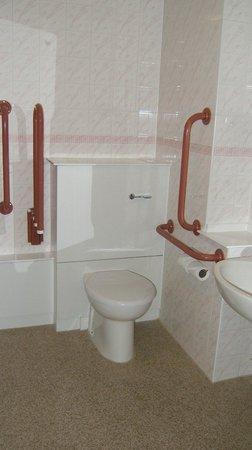 Premier Inn Edinburgh A1 (Musselburgh) Hotel: Disabled bathroom