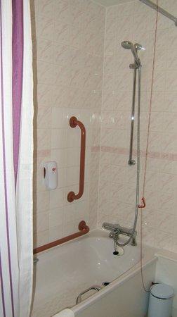 Premier Inn Edinburgh A1 (Musselburgh) Hotel: Shower over bath