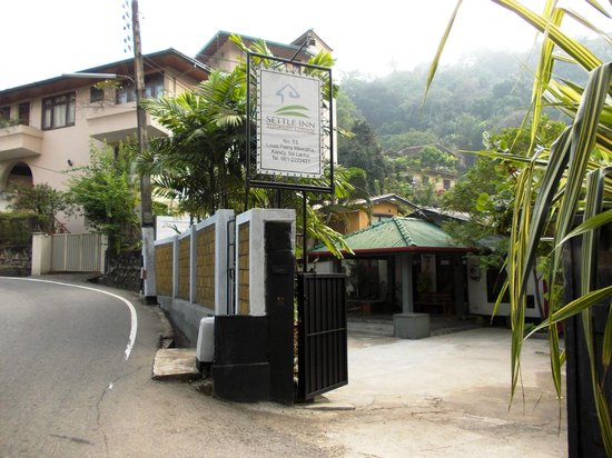 Settle Inn Tourist Lodge: Entrance to Settle Inn on Loius Peiris Mawatha (Road)