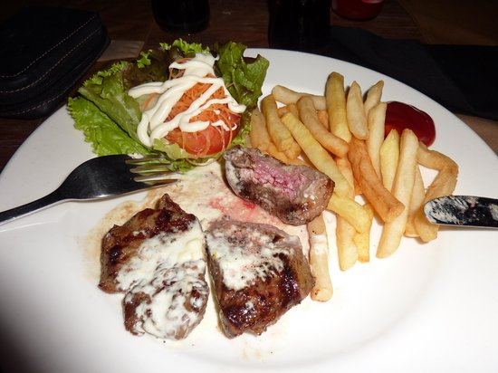 Moo Moos Steakhouse Bar and Grill: you may still be hungry once you cut the fat away from your steak