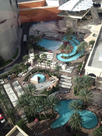 Monte Carlo Resort & Casino: Lazy river's relaxing - pool area, towels, comp drinking water were extra nice touches.