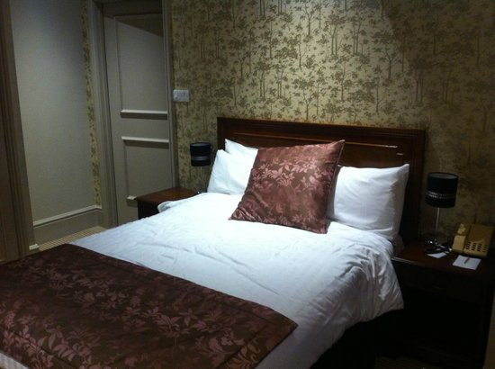 The Crown Manor House Hotel: Double room at front of hotel