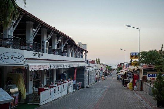 Dorian Hotel: улица с кафе и ресторанами ведет на море