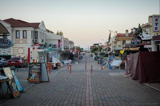 Dorian Hotel: улица, магазинчики
