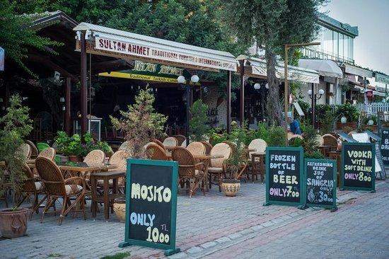 Dorian Hotel: в городке множество очень приятных европейских кафе и ресторанов