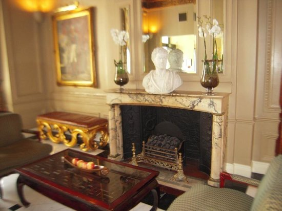 Radisson Blu Edwardian Vanderbilt: Seating/fireplace near reception