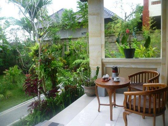 Frangipani Bungalows: Terrasse