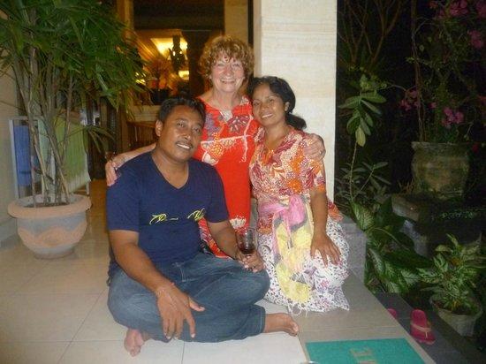 Frangipani Bungalows: Gast mit Komang und Wayan
