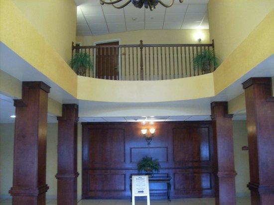 كومفرت سويتس أتلانتا ايربورت: lobby area at check in