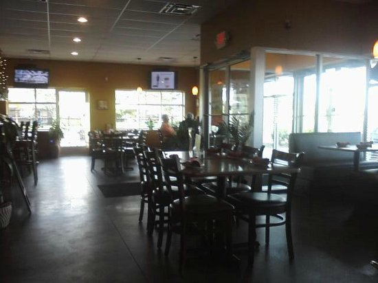 Olio's Cafe and Grill: Empty dining room (almost)