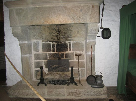 Jacques Cartier Manor House : fireplace