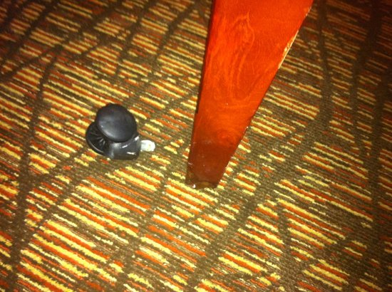 Holiday Inn Select Memphis - Downtown (Beale Street): Broken Furniture. Not repaired after 3 requests.