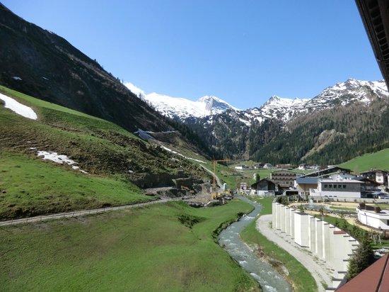 Hotel Alpenhof Hintertux : Blick vom Balkon des Zimmers Richtung Gletscher/Tuxbach