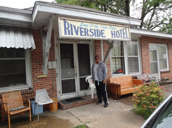 Riverside Hotel : Zee in front of the hotel