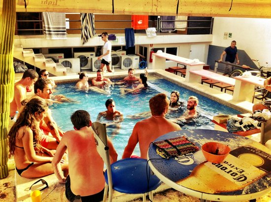 Hostel Rio Playa: Poolparty