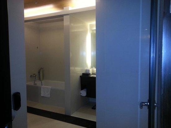 The Bellevue Manila: Bathroom