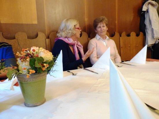 Bischofshof am Dom: stundenlang vor leeren Tischen