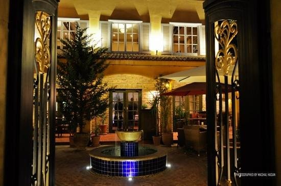Tuscany Courtyard: Grand Entrance!