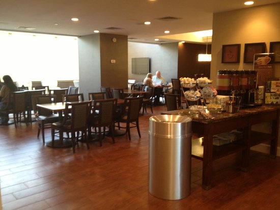 Hampton Inn NY - JFK: Lounge area and coffee