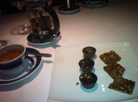 Espai Kru : Tea and Petit Fous