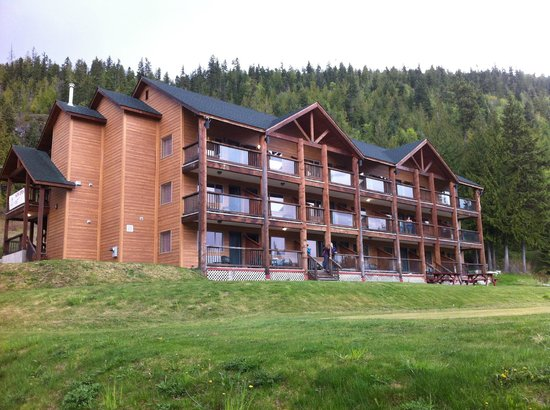 Kootenay Lakeview Spa Resort & Event Centre: View of the lodge