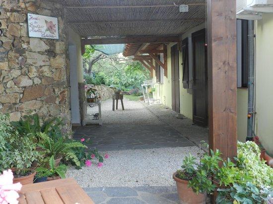 BB Santa Lucia: L'accès aux chambres depuis la terrasse