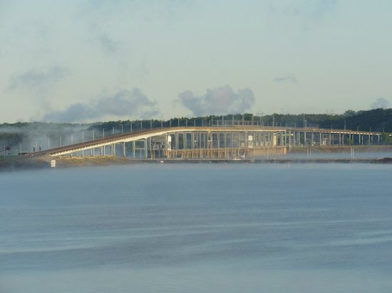 Inn at Pickwick Landing: Bridge over dam at Tennessee River - view from our balcony