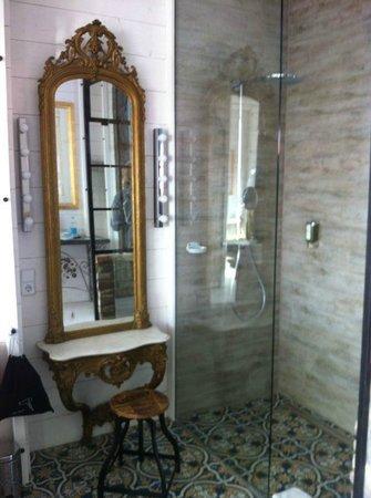 Freistehende Badewanne Neben Dem Bett Mit Aussicht Bild Von