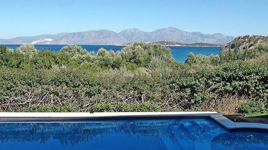 Mirabella Apartments: La piscine et la mer au loin