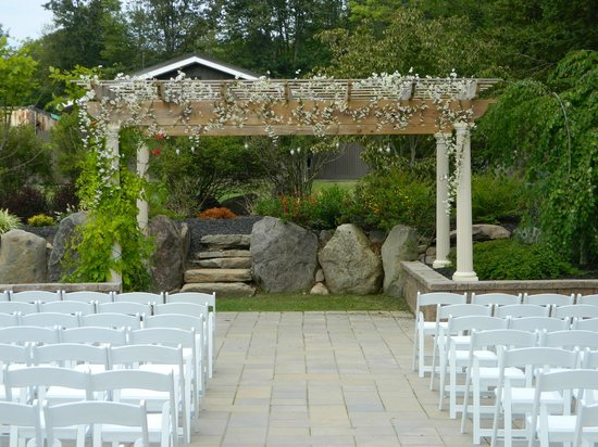Bernies Holiday Restaurant: Outdoor Wedding Area