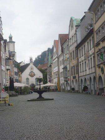 Hotel-Gasthof Löwen: la  piazza  del  Paese