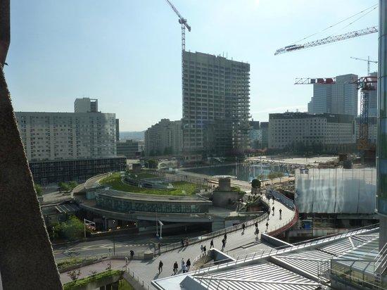 Fraser Suites Harmonie Paris La Défense : Esplanade de la Defence Metro Station