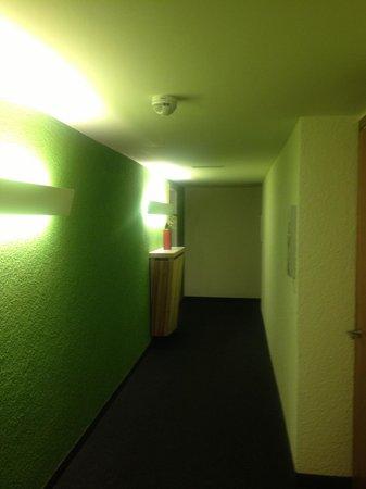 Hotel Walliserhof im Brandnertal: Gang mit schmutzigem Teppich!