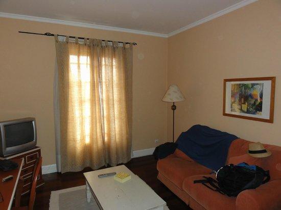 Residencial Mariazinha : Le salon de la suite